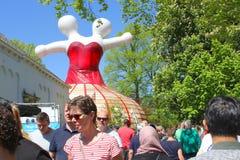 De vrouwenfiguur twee van het mensenkunstwerk hoofden, Leeuwarden Cultureel Hoofdeuropa Stock Foto