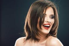 De vrouwengezicht van de schoonheid Het mooie Donkerbruine Meisje met kapsel en maakt omhoog op witte achtergrond geïsoleerd Stock Foto's
