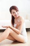De vrouwenglimlach van de huidzorg aan u Stock Foto's