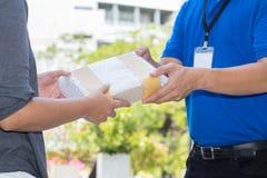 De vrouwenhand die een levering van schokbestendige dozen goedkeuren van levert Stock Afbeelding
