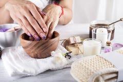 De vrouwenhanden die een hand ontvangen schrobben schil stock afbeelding