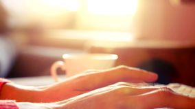 De vrouwenhanden die op een laptop toetsenbord bij zonnige lichten en lens typen flakkeren 4K stock videobeelden