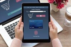 De vrouwenhanden die tablet online het winkelen aanraking houden en betalen noteboo stock foto's