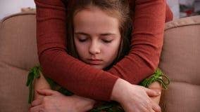 De vrouwenhanden koesteren jong ongerust gemaakt meisje die steun aanbieden stock video