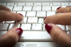 De vrouwenhanden van het computertoetsenbord Stock Foto's