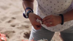 De vrouwenhanden verfraaien houten bloembed met verschillende bloemen voor viering stock video