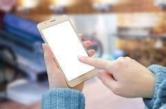De vrouwenholding en vertoning van de aanrakings de slimme telefoon met wit, spatie isoleerden het scherm voor model Royalty-vrije Stock Foto's