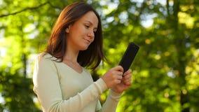 De vrouwenlezing van sreen in smartphone stock footage