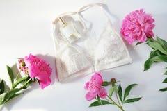 De vrouwenlingerie met toebehoren en bloemencollage op vlak wit, legt, hoogste mening Royalty-vrije Stock Fotografie