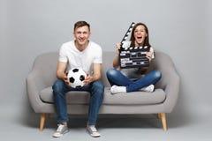 De vrouwenman van het pretpaar de voetbalfans juichen steun omhoog favoriet team met de greep het klassieke zwarte film van de vo royalty-vrije stock afbeeldingen