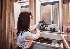 De vrouwenmedewerker opende een showcase met horloges van exclusieve mannen om hen aan de cliënt te tonen royalty-vrije stock foto's
