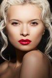 De vrouwenmodel van de schoonheid met maniersamenstelling, kapsel Stock Fotografie