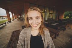 De vrouwenportret van de close-upmanier van het jonge vrij in meisje stellen bij de stad in Europa, de manier van de de zomerstra royalty-vrije stock foto