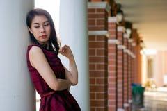 De vrouwenportret van de close-upmanier van jonge vrij in meisjesposi stock afbeeldingen
