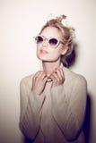 De vrouwenportret van de manier Het haar van de zonnebrilhippie Stock Foto's