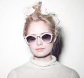 De vrouwenportret van de manier Het haar van de zonnebrilhippie Stock Fotografie