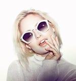 De vrouwenportret van de manier Het haar van de zonnebrilhippie Stock Afbeelding