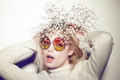De vrouwenportret van de manier Het haar van zonnebrilhippi Stock Afbeeldingen