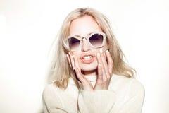 De vrouwenportret van de manier Het haar van zonnebrilhippi Royalty-vrije Stock Afbeelding