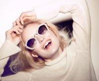 De vrouwenportret van de manier Het haar van zonnebrilhippi Stock Afbeelding