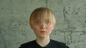 De Vrouwenportret van het manierblonde Blond haar stock videobeelden
