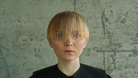 De Vrouwenportret van het manierblonde Blond haar hairstyle kapsel makeup royalty-vrije stock foto's