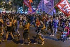 De vrouwenprotesteerders overbevolken in Santiago de Chile tijdens 8M International Womens Day royalty-vrije stock foto