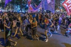 De vrouwenprotesteerders overbevolken in Santiago de Chile tijdens 8M International Womens Day stock foto