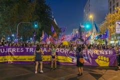 De vrouwenprotesteerders overbevolken in Santiago de Chile tijdens 8M International Womens Day royalty-vrije stock afbeeldingen