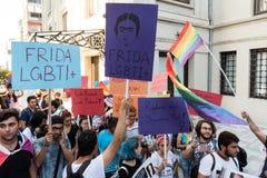 De vrouwenprotesteerders verzamelen in kadikoy, Istanboel, Turkije stock afbeeldingen