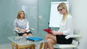 De vrouwenpsycholoog verklaart aan het geduldige plan voor de aanstaande therapie Eerste therapiezitting stock footage