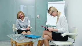 De vrouwenpsycholoog verklaart aan het geduldige plan voor de aanstaande therapie Eerste therapiezitting stock videobeelden