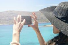 De vrouwenreiziger maakt zelf in de achtergrond mooie natuurlijke meningsberg op het eiland Concept - de foto's van de toerismere Stock Foto's