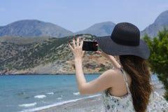 De vrouwenreiziger maakt zelf in de achtergrond mooie natuurlijke meningsberg op het eiland Concept - de foto's van de toerismere Stock Afbeeldingen