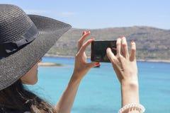 De vrouwenreiziger maakt zelf in de achtergrond mooie natuurlijke meningsberg op het Eiland Kreta Concept - pho van de toerismere Royalty-vrije Stock Foto's