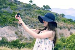 De vrouwenreiziger maakt zelf in de achtergrond mooie natuurlijke meningsberg op het Eiland Kreta Concept - pho van de toerismere Royalty-vrije Stock Fotografie
