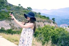 De vrouwenreiziger maakt zelf in de achtergrond mooie natuurlijke meningsberg op het Eiland Kreta Concept - toerisme, reis, p Stock Fotografie