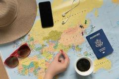 De vrouwenreiziger plant een reis Royalty-vrije Stock Afbeeldingen