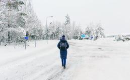 De vrouwenrugzak van Zweden van de reislevensstijl Jonge het lopen de winter sneeuwweg royalty-vrije stock afbeelding