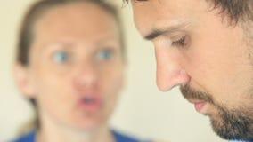 De vrouwenschreeuwen bij de man Het gezicht van een mens in profiel is close-up, is het vrouwen` s gezicht vaag stock footage