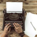 De vrouwenschrijver creeert een nieuw detectiveverhaal Stock Afbeelding