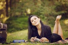 de vrouwenschrijver wordt van nature geïnspireerd Stock Foto