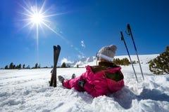De vrouwenskiër geniet van in de winter zonnige dag Royalty-vrije Stock Foto's