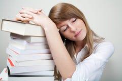 De vrouwenslaap van Bussines op boeken Stock Foto