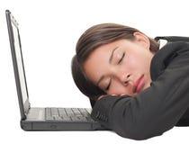 De vrouwenslaap van Powernap op laptop royalty-vrije stock afbeeldingen