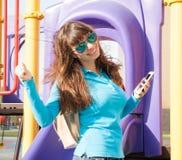 De vrouwentelefoon, rugzak, glimlach, sluit omhoog Stock Fotografie