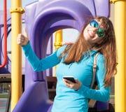De vrouwentelefoon, rugzak, glimlach, sluit omhoog Stock Foto