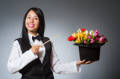 De vrouwentovenaar in grappig concept Stock Foto's