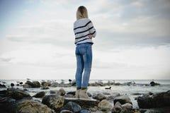 De vrouwentribune op de rots ziet Stock Foto's