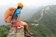 De vrouwenwandelaar geniet van de mening over de bovenkant van grote muur Royalty-vrije Stock Foto's